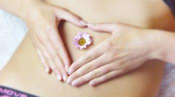 Flacher Bauch einer jungen Frau - Entschlacken und Entgiften im Frühling