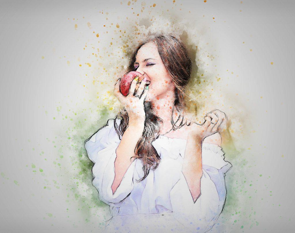 Junge Frau isst Apfel - Lebensmittel gegen Pollenallergie