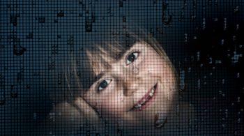 Mädchen hinter einem Fliegengitter - Pollenschutzgitter bei Pollenallergie