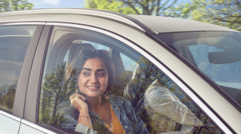 Frau im Auto - Innenraumfilter der Autoklimaanlage