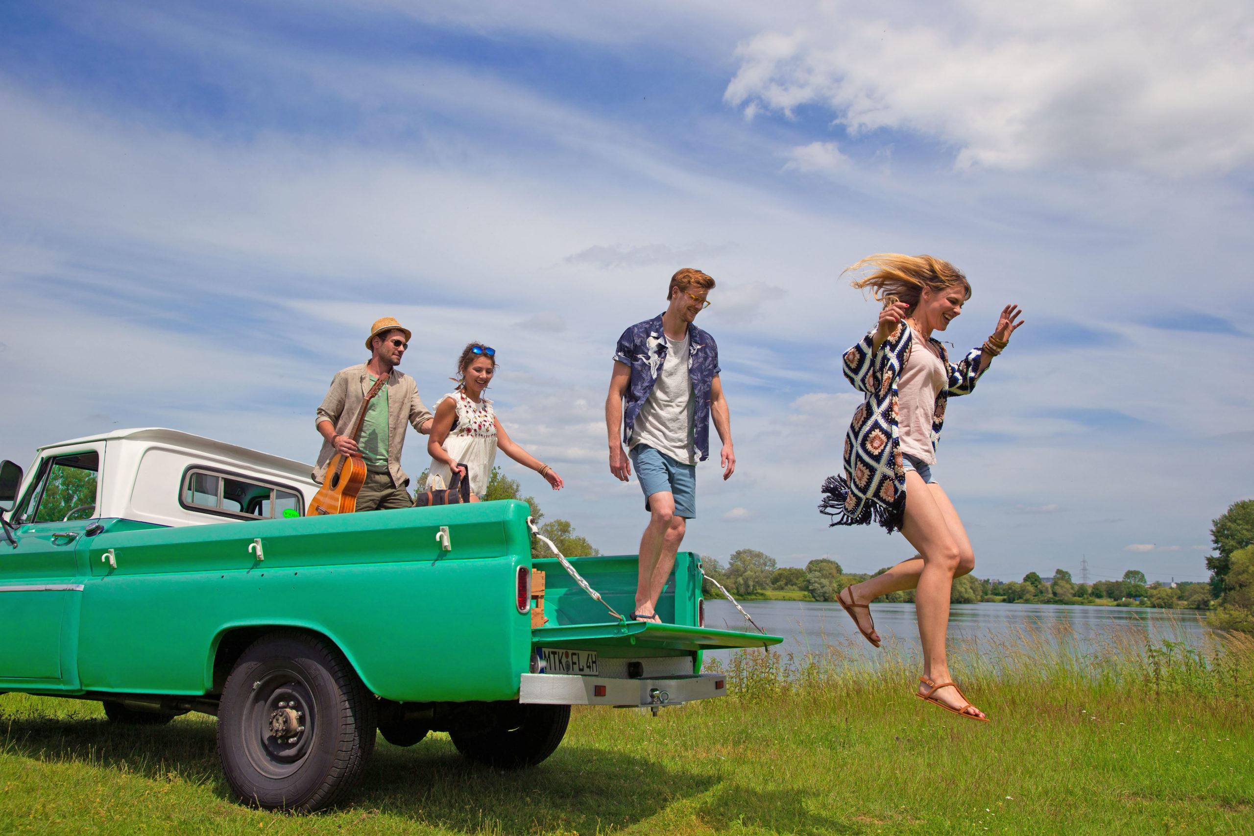 Gruppe junger Menschen springt vom Pickup - Innenraumfilter der Autoklimaanlage