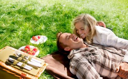 Paar beim Picknick - Probiotika gegen Heuschnupfen