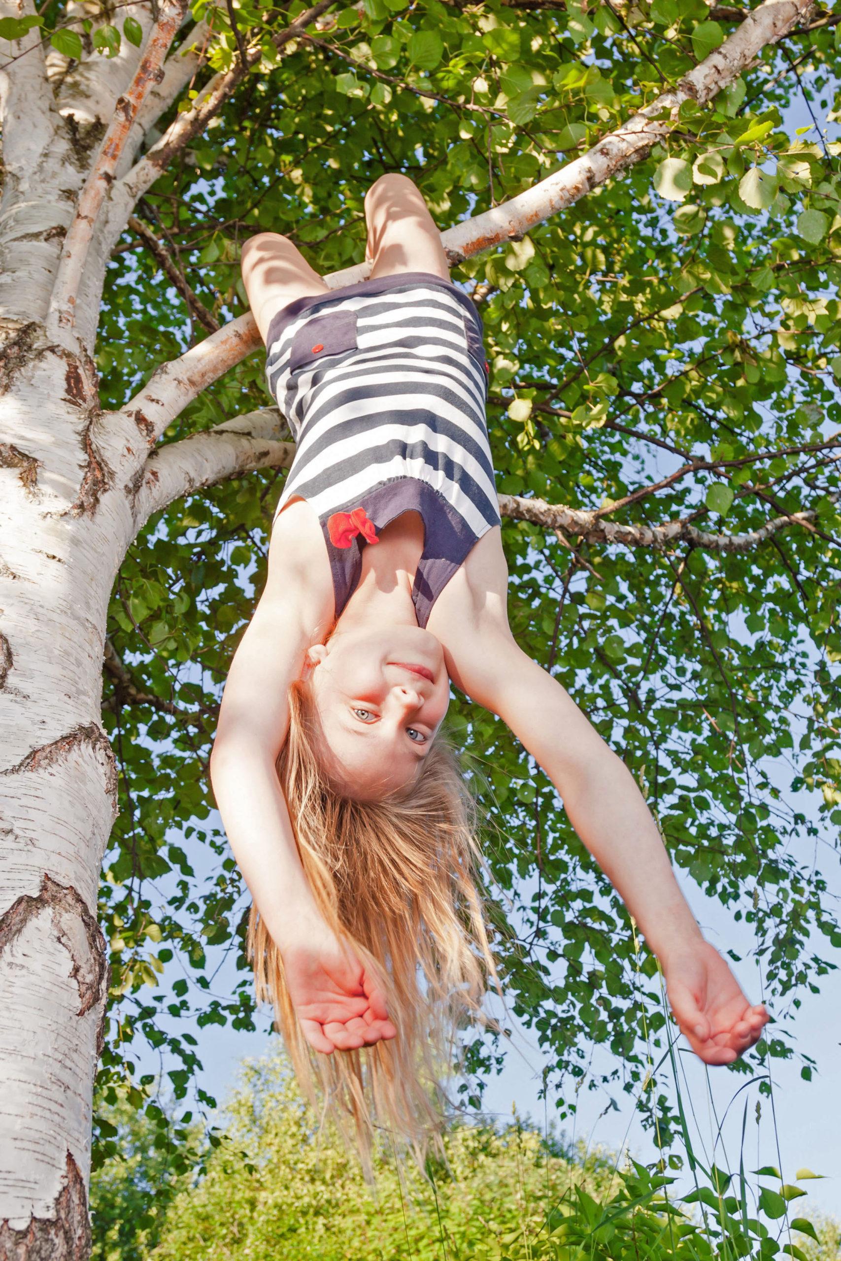 Kind spielt im Baum - Probiotika gegen Heuschnupfen