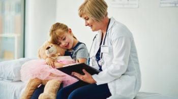 Mädchen mit Allergie bei der Ärztin - Ganzheitlich gegen Allergien - Anthroposophische Medizin