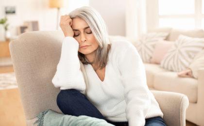 Müde Frau durch Vitamin-B12-Mangel