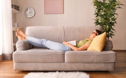 Auf der Couch mit Verdauungsbeschwerden