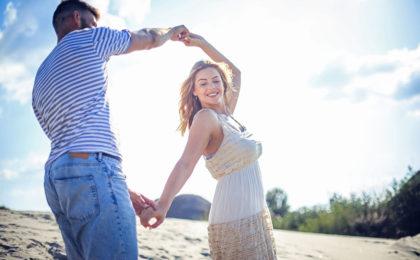 Fröhliches Paar mit gutem Immunsystem